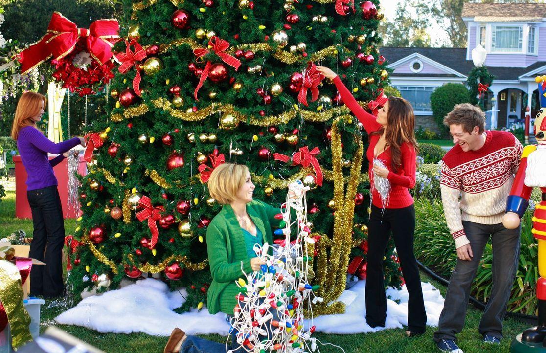 Die Vorbereitungen für das bevorstehende Weihnachtsfest sind im vollen Gange: Bree (Marcia Cross, l.), Lynette (Felicity Huiffman, 2.v.l.), Gabriell... - Bildquelle: ABC Studios