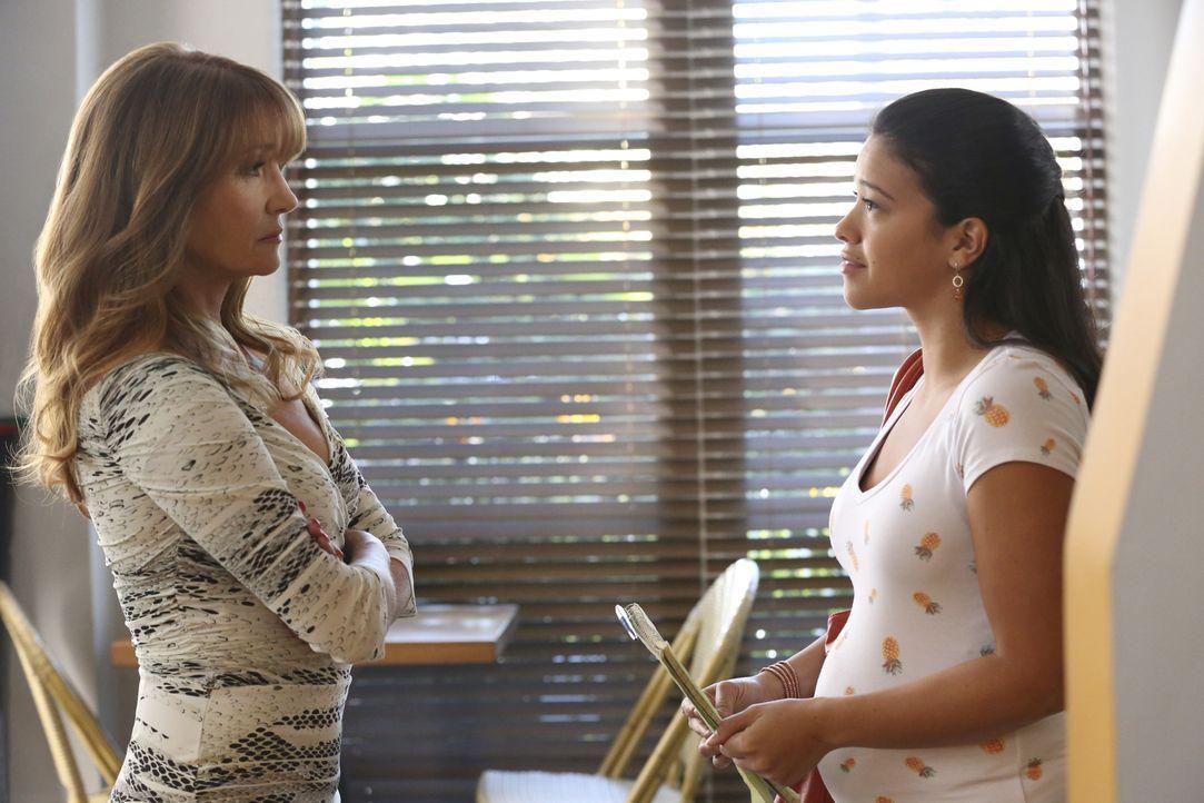 Jane (Gina Rodriguez, r.) nimmt an einem besonderen Autorenkurs teil. Doch kann Amanda (Jane Seymour, l.) ihr dabei elfen, ihre Schreibblockade zu ü... - Bildquelle: 2014 The CW Network, LLC. All rights reserved.