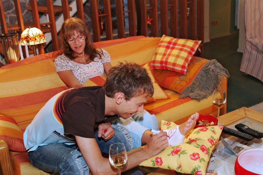 Romantische Momente: Jürgen (Oliver Bokern, vorne) malt Lisa (Alexandra Neldel, hinten) Herzchen auf die Bandage ihres verletzten Fußes. (Dieses Fot... - Bildquelle: Monika Schürle SAT.1 / Monika Schürle