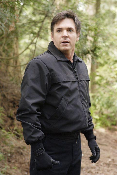 In einem unscheinbaren Waldgebiet wartet Tom Foss (Nicholas Lea) auf Kyle - doch was will er von ihm? - Bildquelle: TOUCHSTONE TELEVISION