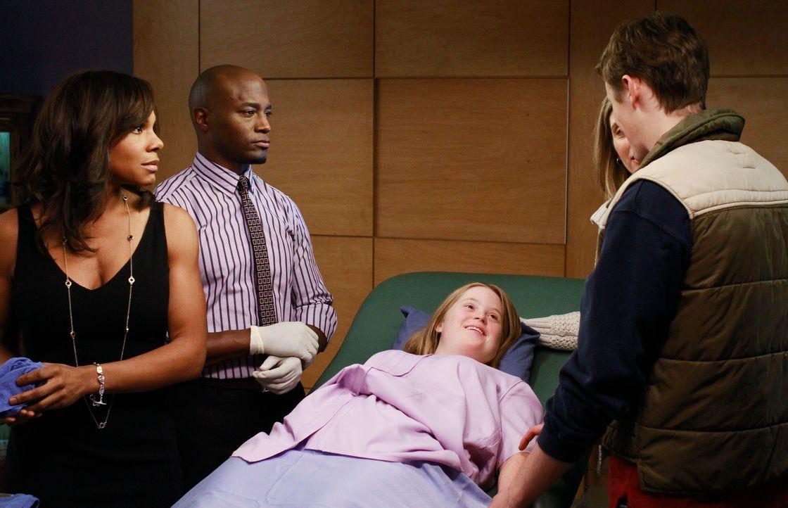 Sam (Taye Diggs, 2.v.l.) und Naomi (Audra McDonald, l.) betreuen eine junge Frau mit Down-Syndrom. Tanya (M.E. Powell, liegend) ist schwanger von ih... - Bildquelle: ABC Studios