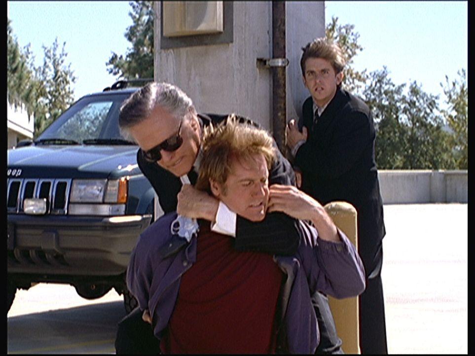 Dane Travis (Robert Culp, l.) glaubt, dass Steve (Barry Van Dyke, M.) der unbekannte Attentäter ist. Doch Jesse (Charlie Schlatter, r.) weiß, dass d... - Bildquelle: Viacom
