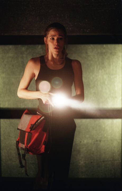 Im SD-6 Gebäude erreicht Sydney (Jennifer Garner) einen leeren Raum im Erdgeschoss und klinkt sich ins Überwachungssystem ein. - Bildquelle: Touchstone Television