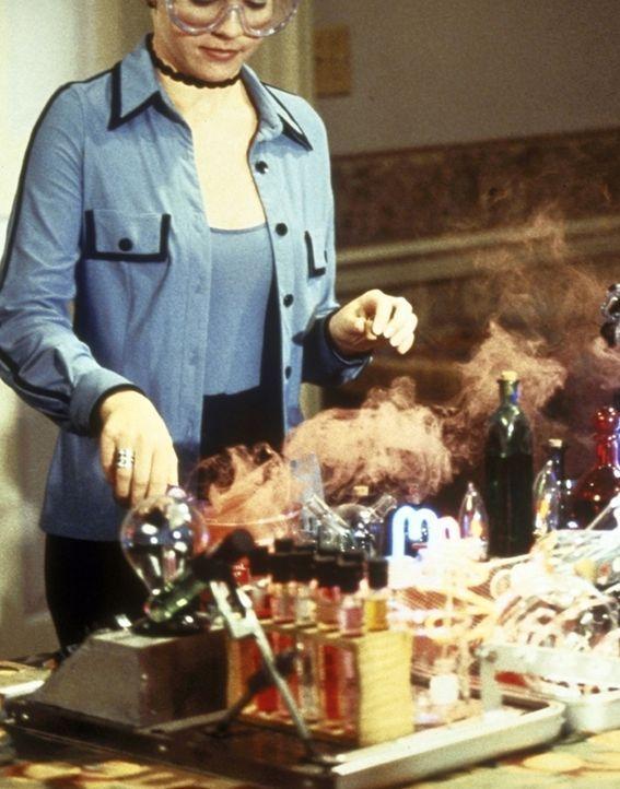 Sabrina (Melissa Joan Hart) mixt für Mr. Kraft einen Verjüngungstrank ... - Bildquelle: Paramount Pictures