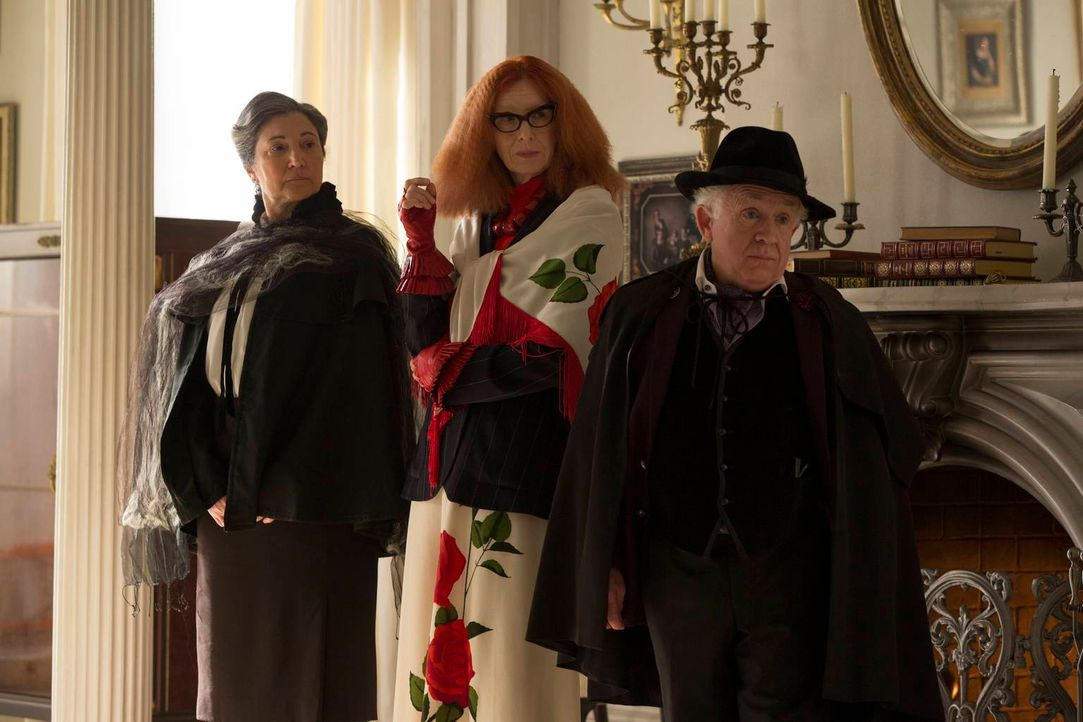 Erheben schwere Anschuldigungen: die Ratsmitglieder Cecily Pembroke (Robin Bartlett, l.), Myrtle Snow (Frances Conroy, M.) und Quentin Fleming (Lesl... - Bildquelle: 2013-2014 Fox and its related entities. All rights reserved.