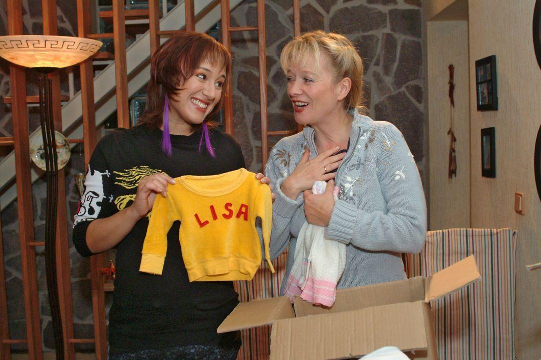 Helga (Ulrike Mai, r.) holt für Yvonne (Bärbel Schleker, l.) eine Kiste mit Babysachen von Lisa aus dem Keller und schwelgt in Erinnerungen. - Bildquelle: Monika Schürle SAT.1 / Monika Schürle
