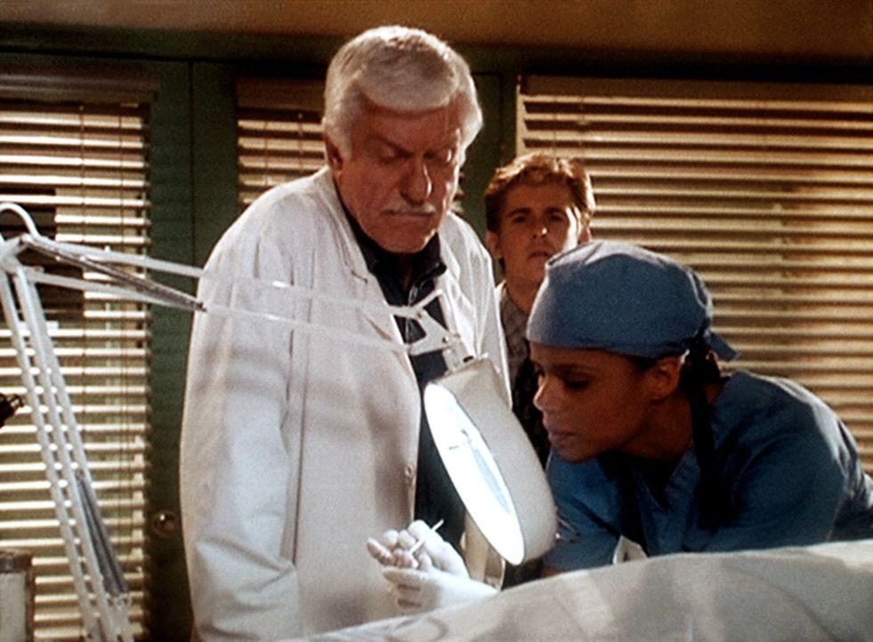 Amanda (Victoria Rowell, r.) und Mark (Dick Van Dyke, l.) entdecken zu Jesses (Charlie Schlatter, M.) großem Erstaunen an den Fingerspitzen des tote... - Bildquelle: Viacom