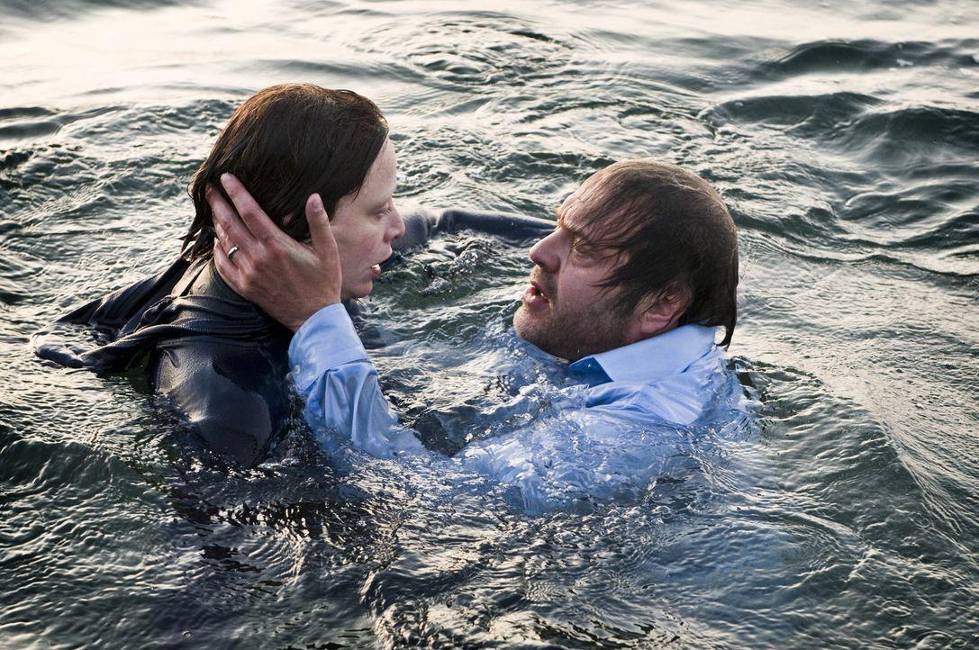 Erst als Peter (Jan-Gregor-Kremp, r.) sieht, dass die schwerkranke Laura (Katharina Marie Schubert, l.) ihn wirklich liebt, findet er zu ihr zurück... - Bildquelle: 3L Filmverleih