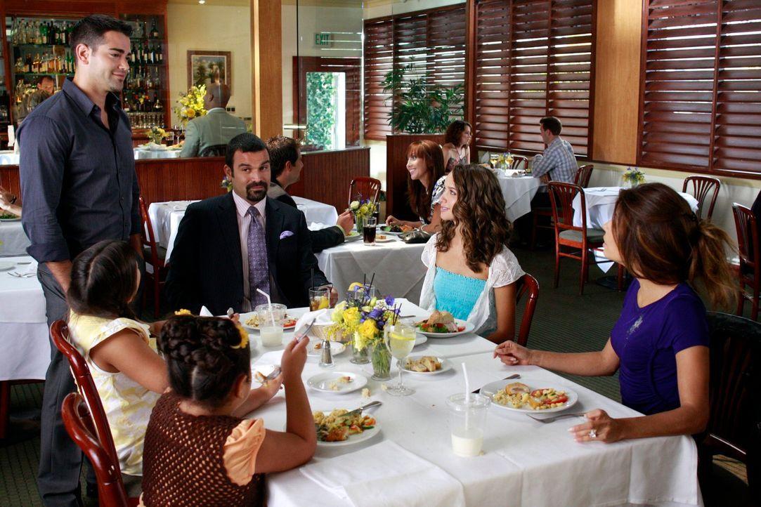 Als John Rowland (Jesse Metcalfe, l.) plötzlich vor Gabrielle (Eva Longoria, r.), Carlos (Ricardo Antonio Chavira, 3.v.r.), Ana (Maiara Walsh, 2.v.r... - Bildquelle: ABC Studios