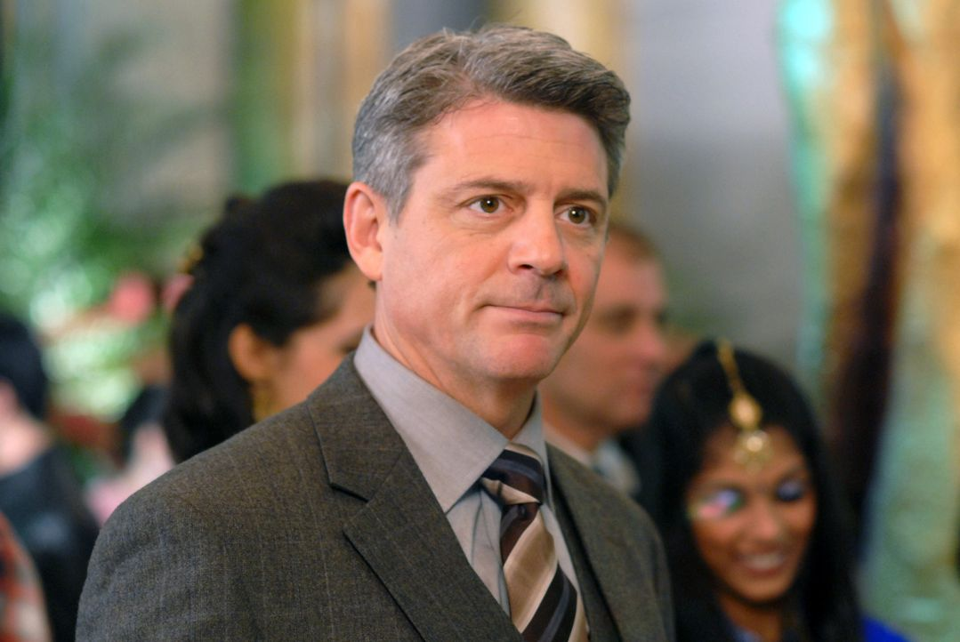 Nicos Ehemann Charles (Christopher Cousins) ahnt nicht, dass seine Frau wegen sexueller Nötigung eines Models angezeigt wurde ... - Bildquelle: 2004 NBC, Inc.