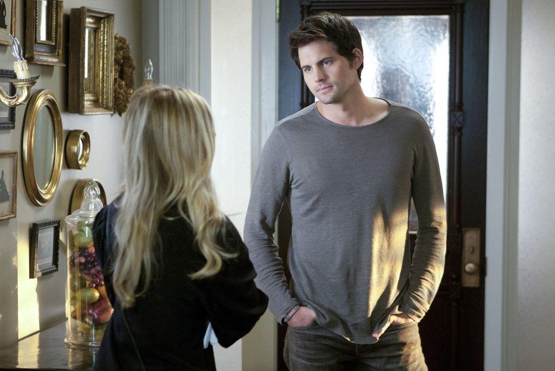 Henry Butler (Kristoffer Polaha, r.) glaubt, dass Bridget (Sarah Michelle Gellar, l.) für das plötzliche Verschwinden seiner Frau Gemma verantwort... - Bildquelle: 2011 THE CW NETWORK, LLC. ALL RIGHTS RESERVED