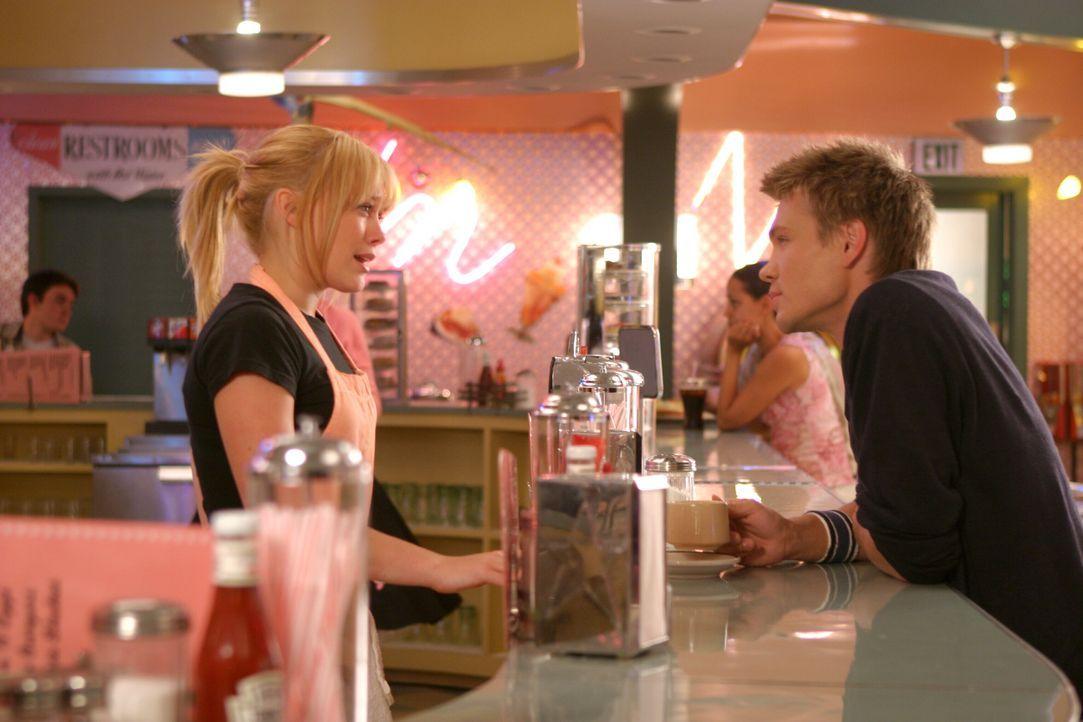 Austin Ames (Chad Michael Murray, r.) unterhält sich mit Sam (Hilary Duff, l.) ohne zu wissen, dass sie die Cinderella vom Schulball ist … - Bildquelle: Warner Bros.