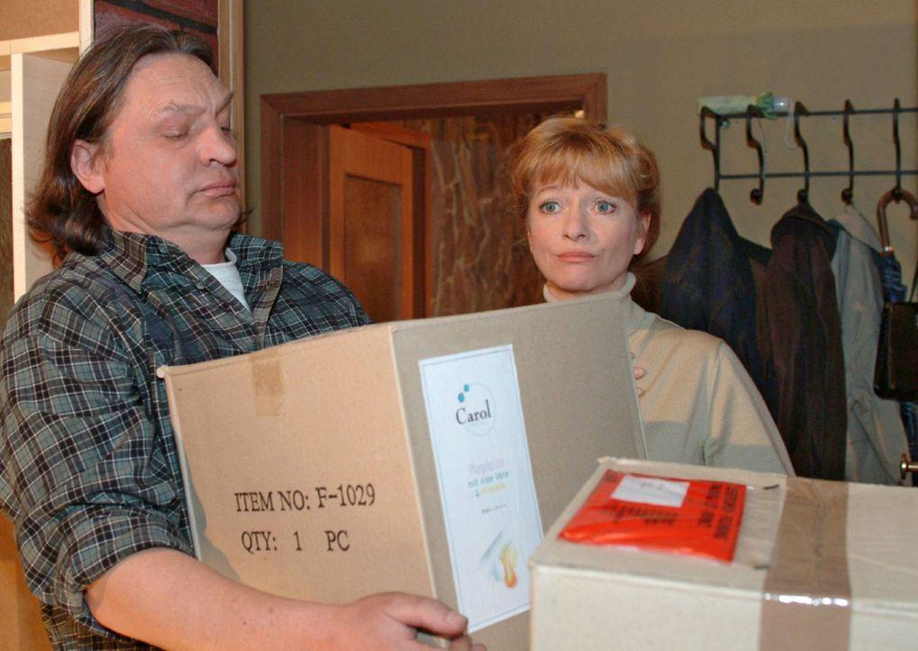Helga (Ulrike Mai, r.) ist sichtlich überfordert, als Bernd (Volker Herold, l.) ihr die Kisten mit den Aloe Vera-Produkten bringt ... - Bildquelle: Sat.1