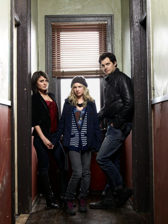(1. Staffel) - Werden sie wirklich zu einer richtigen Familie zusammenwachsen? Lux (Brittany Robertson, M.), Cate (Shiri Appleby, l.) und Nate (Kris... - Bildquelle: The CW   2009 The CW Network, LLC. All Rights Reserved