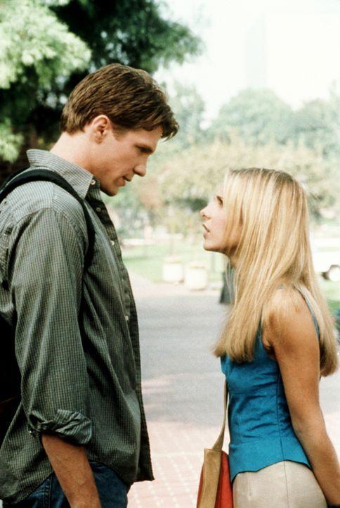 Buffy (Sarah Michelle Gellar, r.) und Riley (Marc Blucas, l.) empfinden mehr füreinander, als sie sich eingestehen. - Bildquelle: TM +   2000 Twentieth Century Fox Film Corporation. All Rights Reserved.