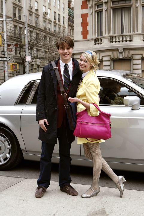 Junge Liebe: Noch präsentiert Jenny (Taylor Momsen, r.) glücklich ihre neue Liebe Asher (Jesse Swenson, l.) ... - Bildquelle: Warner Bros. Television