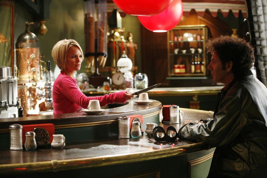 Hat Oscar Vibenius (Paul Reubens, r.) etwas mit dem Mord zu tun? Olive (Kristin Chenoweth, l.) ist sich jedenfalls ziemlich sicher ... - Bildquelle: Warner Brothers