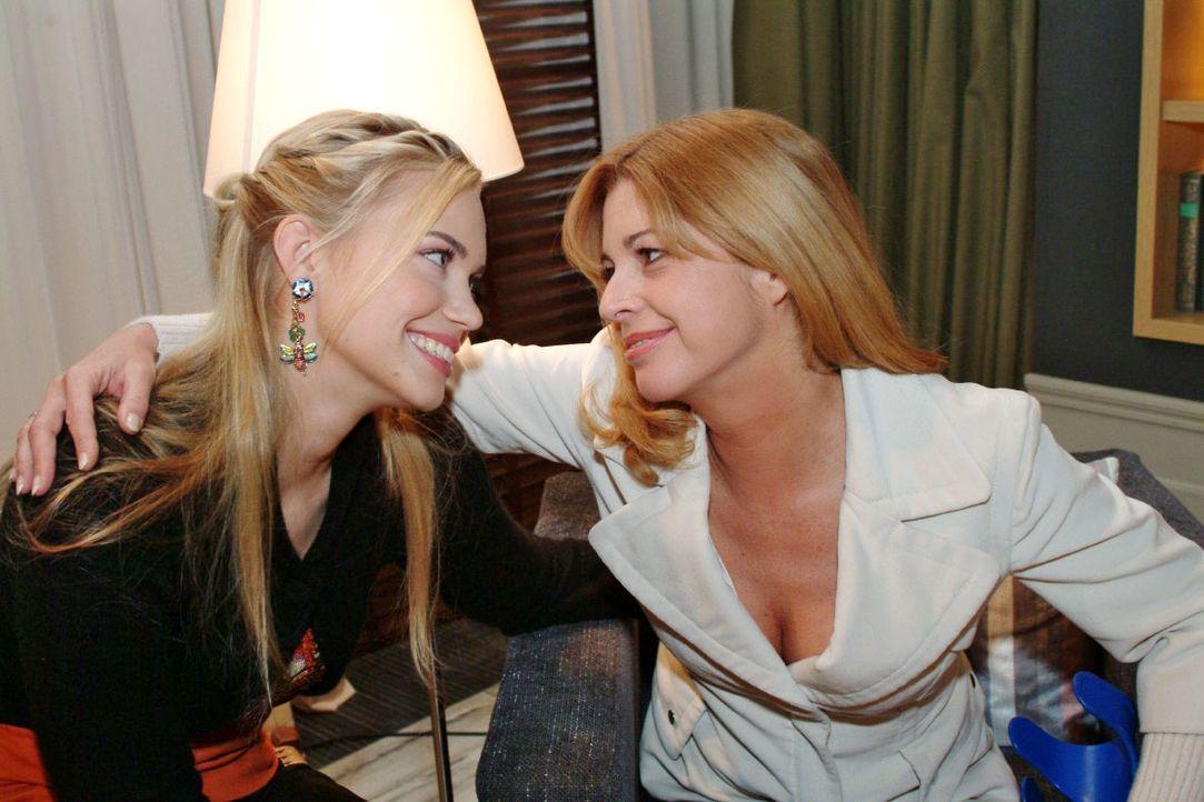 Laura (Olivia Pascal, r.) ist froh, dass Kim (Lara-Isabelle Rentinck, l.) ihr zur Seite steht und sie sich gegen Sophie wehren kann. - Bildquelle: Monika Schürle SAT.1 / Monika Schürle