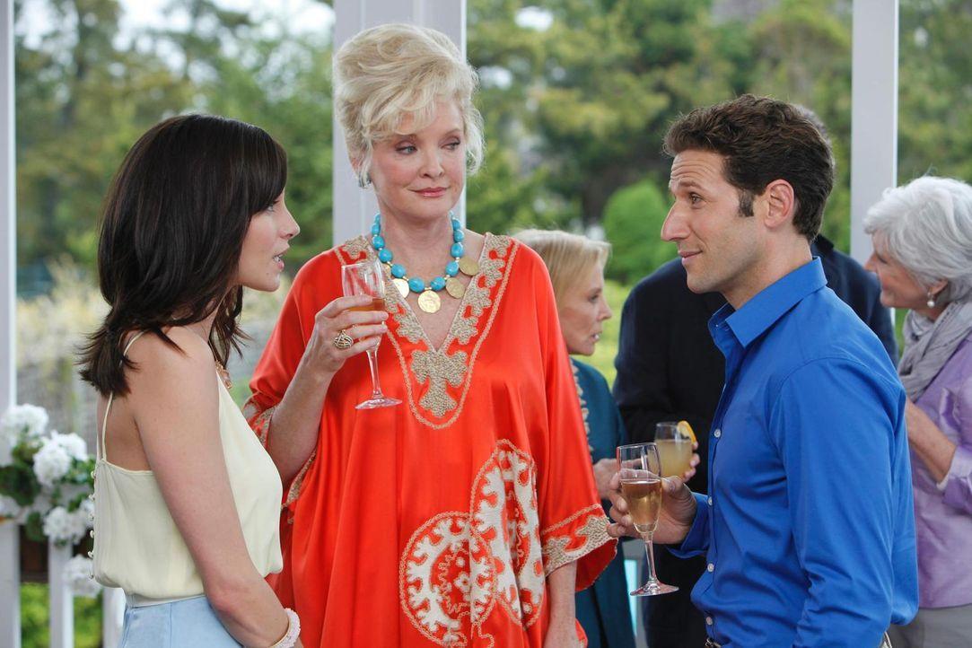 Ms. Newberg (Christine Ebersole, M.) ist sehr erfreut zu hören, dass Jill Casey (Jill Flint, l.) und Dr. Hank Lawson (Mark Feuerstein, r.) nicht meh... - Bildquelle: Universal Studios