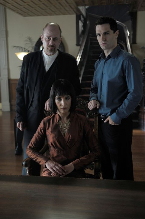 Die Mutter (Deena Aziz, M.9 der Vampire hat einen ganz besonderen Auftrag für Hegeman (Terry Kinney, l.), der aus Aidan (Sam Witwer, r.) einen anstä... - Bildquelle: Phillipe Bosse 2012 B.H. 2 Productions (Muse) Inc. ALL RIGHTS RESERVED.
