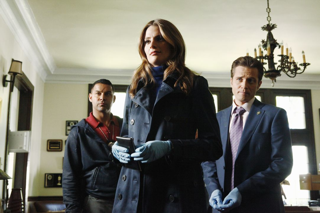Eine Spur führt Kate Beckett (Stana Katic, M.), Kevin Ryan (Seamus Dever, r.) und Javier Esposito (Jon Huertas, l.) in das Haus von Captain Montgome... - Bildquelle: 2012 American Broadcasting Companies, Inc. All rights reserved.