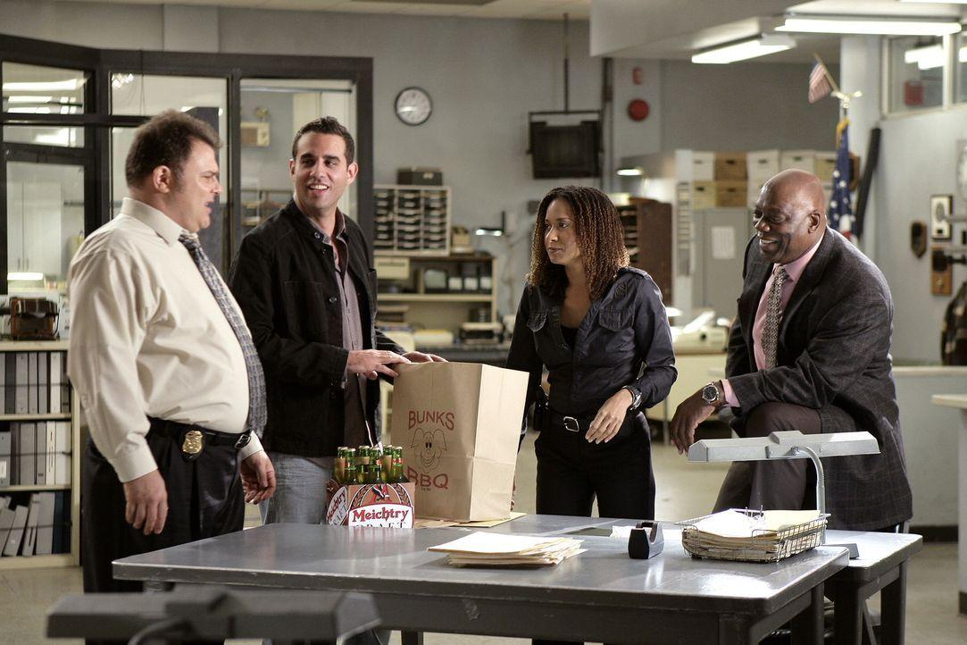 Eddie (Bobby Cannavale, 2.v.l.) hat eine etwas andere Arbeitsmoral als Nick (Jeremy Ratchford, l.),  Kat (Tracie Thoms, 2.v.r.) und Will (Thom Barry... - Bildquelle: Warner Bros. Television