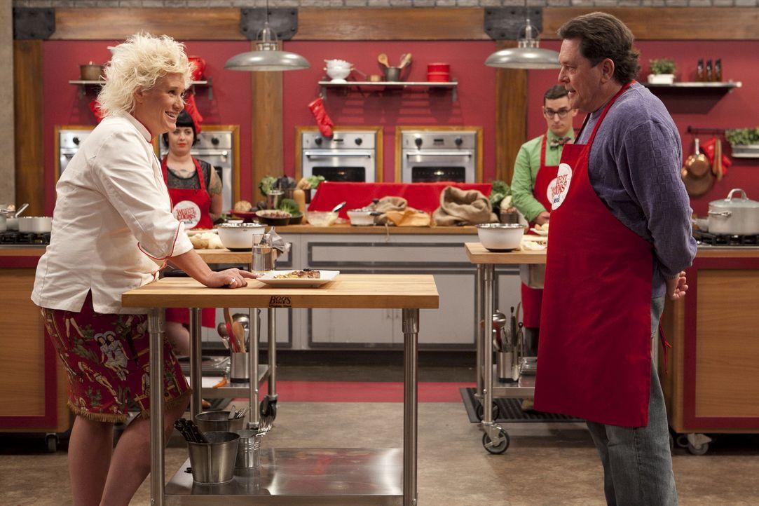 Dr. Bob (r.) gibt sein Bestes, doch kann er wirklich das Kartoffel-Rezept von Köchin Anne Burrell (l.) schmackhaft nachkochen? - Bildquelle: David Lang 2012, Television Food Network, G.P.