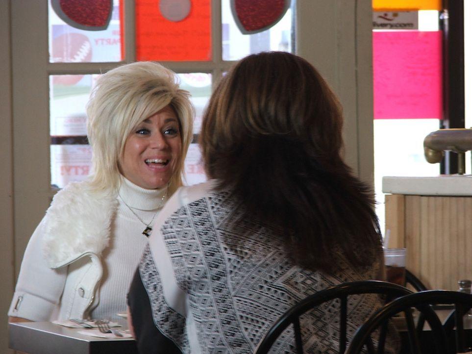 Theresa (l.) trifft sich mit ihrer Freundin Sandy (r.), die ebenfalls ein Medium ist ... - Bildquelle: Discovery Communications, Inc.