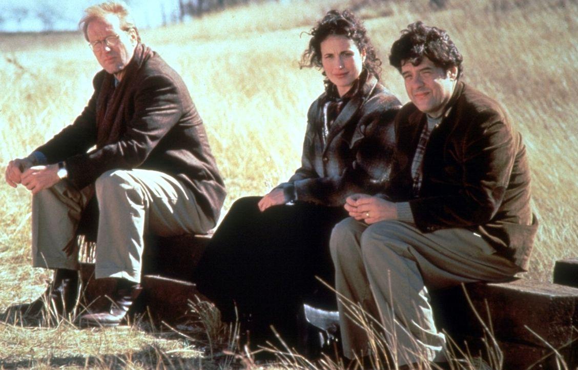 Die Reporter Frank (William Hurt, l.), Dorothy (Andie MacDowell, M.) und Huey (Robert Pastorelli, r.) erhalten den Auftrag den Engel Michael von Iow... - Bildquelle: Warner Brothers