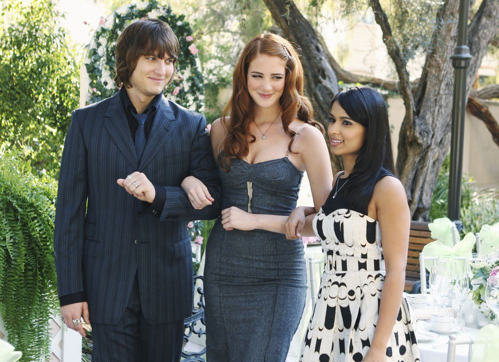 Cappie (Scott Michael Foster, l.), Robin (Anna Osceola, M.) und Rebecca (Dilshad Vadsaria, r.) amüsieren sich auf der Hochzeit von Kiki ... - Bildquelle: 2009 DISNEY ENTERPRISES, INC. All rights reserved. NO ARCHIVING. NO RESALE.