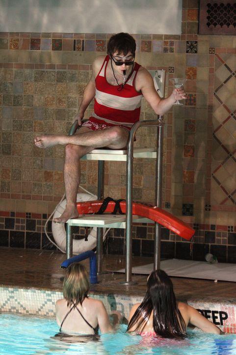 Der Einbruch in das Schwimmbad der Schule gerät schnell außer Kontrolle, denn nicht nur Chuck (Ed Westwick) bekommt zu viel Alkohol ab ... - Bildquelle: Warner Brothers