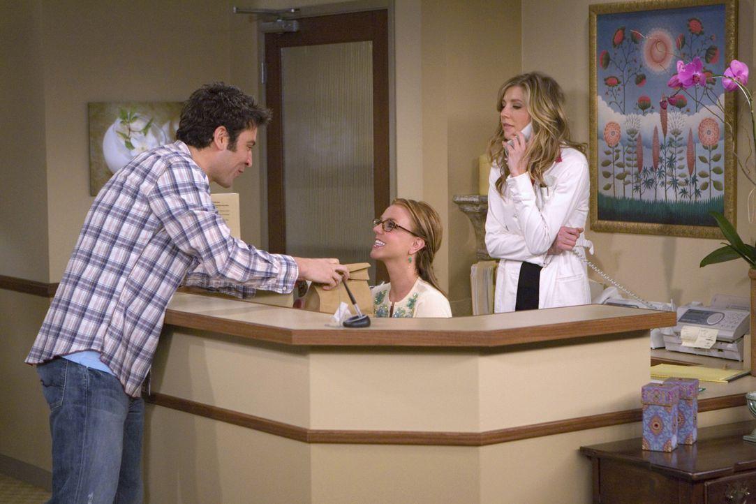 Während Ted (Josh Radnor, l.) versucht bei Stella (Sarah Chalke, r.), der hübschen Hautärztin, zu landen, findet deren Arzthelferin Abby (Britney Sp... - Bildquelle: 20th Century Fox International Television
