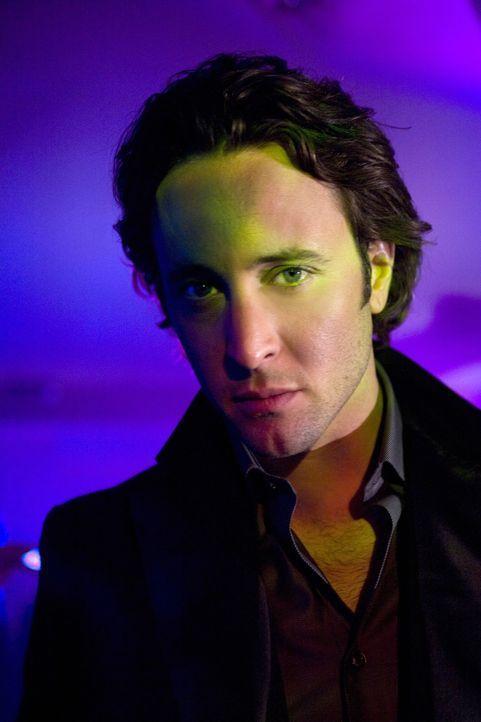 Auf der Jagd nach einem Vampir: Mick (Alex O'Loughlin) sucht einen seiner Kollegen, der eine gefährliche Erfindung gemacht hat ... - Bildquelle: Warner Brothers