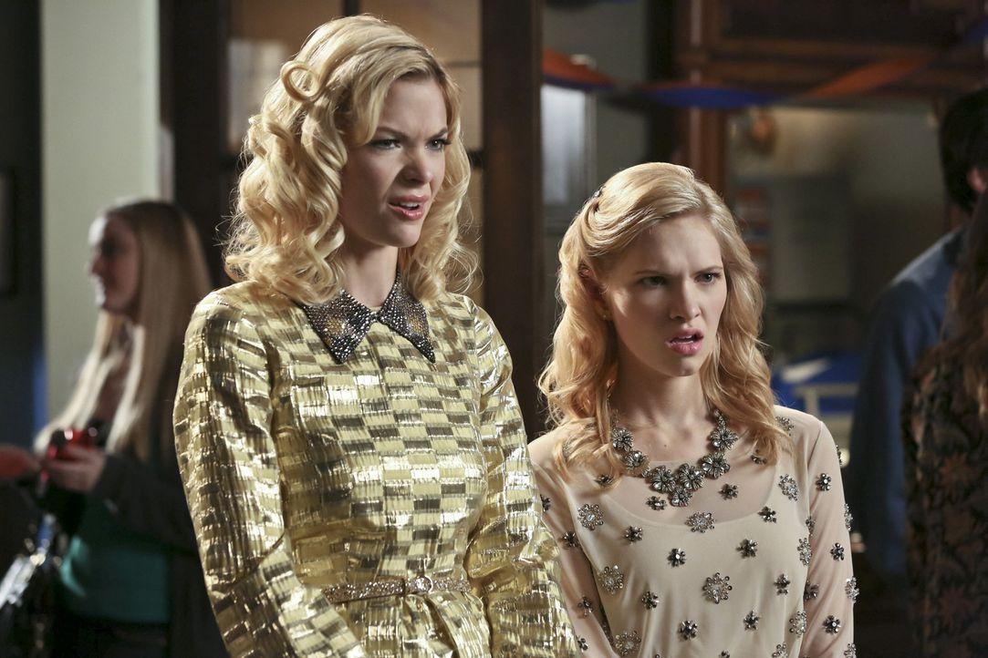 Es wird ihnen immer schmerzlicher bewusst: Lemon (Jaime King, l.) und Magnolia (Claudia Lee, r.) müssen Shelby aus dem Leben ihres Vaters verbannen,... - Bildquelle: Warner Bros.