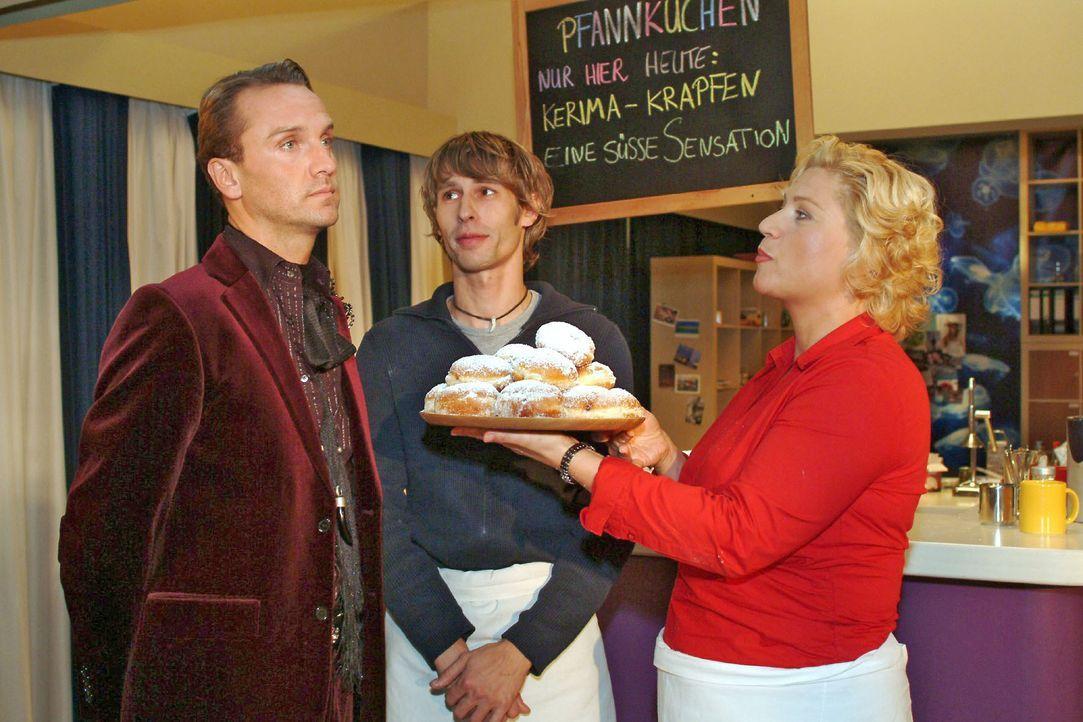 Auch Hugo (Hubertus Regout, l.) lehnt die leckeren Pfannkuchen, die Agnes (Susanne Szell, r.) ihm anbietet, ab. Boris (Matthias Rott, M.) und Agnes... - Bildquelle: Monika Schürle SAT.1 / Monika Schürle