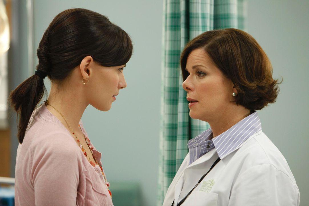 Dr. Elizabeth Blair (Marcia Gay Harden, r.) ist mit der Arbeitsweise von Jill Casey (Jill Flint, l.) alles andere als zufrieden und das sagt sie ihr... - Bildquelle: 2010 Open 4 Business Productions, LLC. All Rights Reserved.