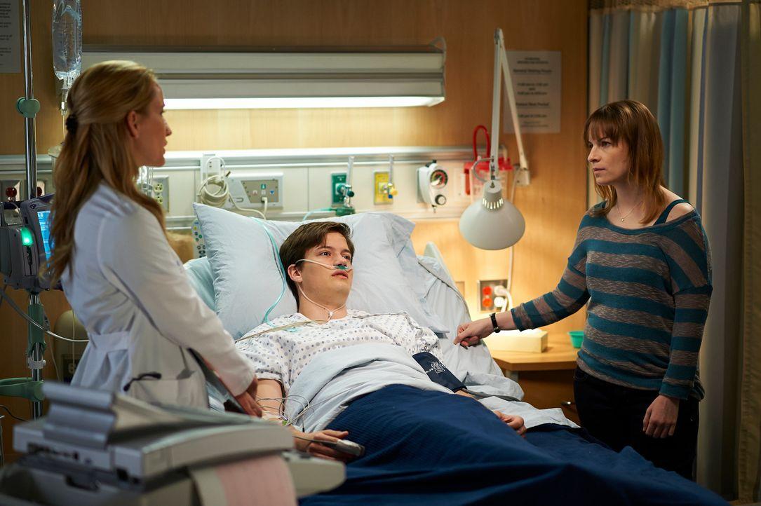 Muss Dawn (Michelle Nolden, l.) Riley Stiles (Justin Kelly, M.) und seiner Mutter Holly (Joanne Boland, r.) schlechte Nachrichten überbringen? - Bildquelle: 2012  Hope Zee One Inc.
