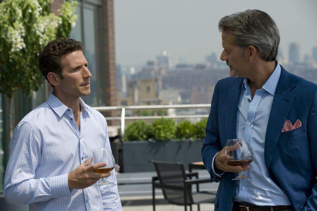 Kann Hank Lawson (Mark Feuerstein, l.) verhindern, dass Boris (Campbell Scott, r.) vollständig erblindet? - Bildquelle: USA Network