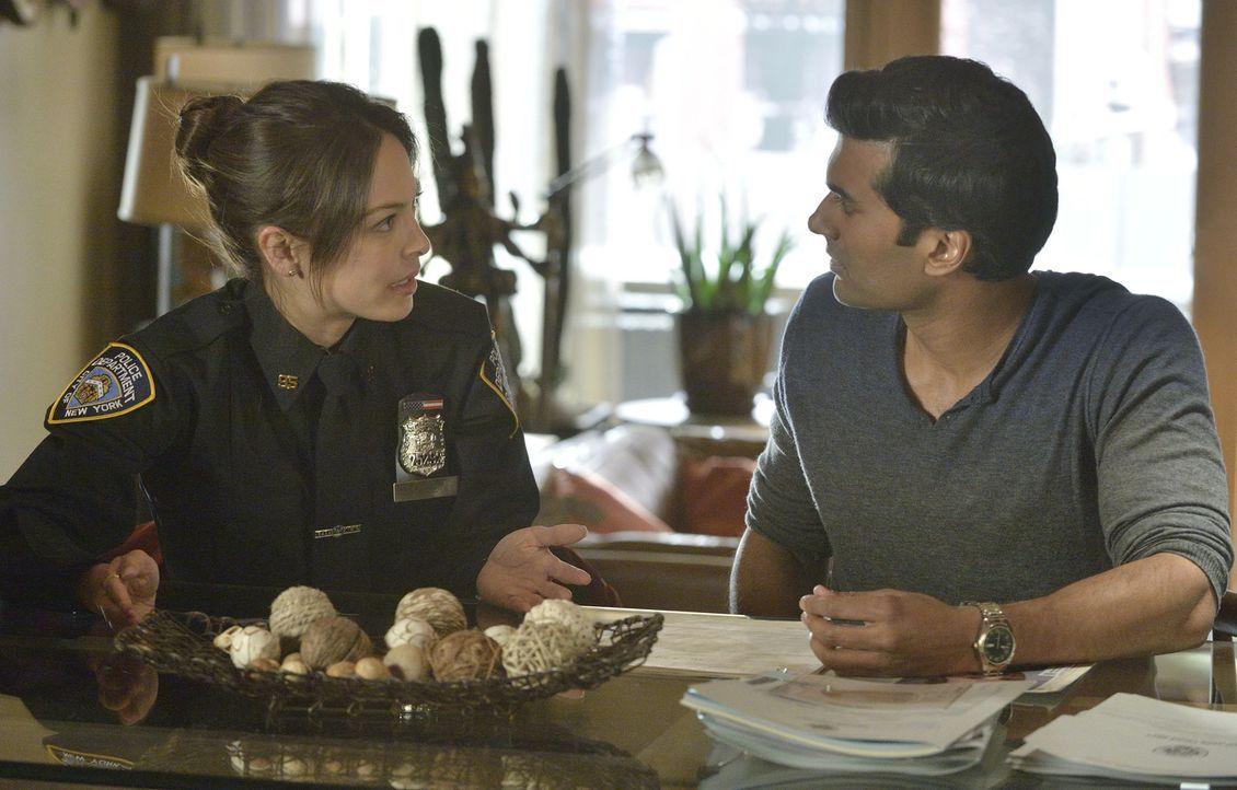 Nach einer romantischen Nacht mit Catherine wird Vincent von der Polizei in ihrer Wohnung verhaftet. Da Catherine (Kristin Kreuk, l.) einen Tag zuvo... - Bildquelle: 2013 The CW Network, LLC. All rights reserved.