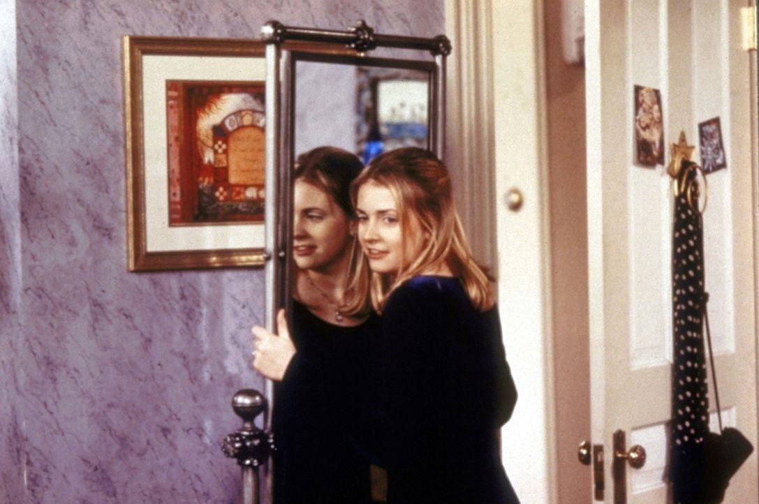 Sabrina (Melissa Joan Hart) ist plötzlich mit ihrem sprechenden Spiegelbild konfrontiert. - Bildquelle: Paramount Pictures