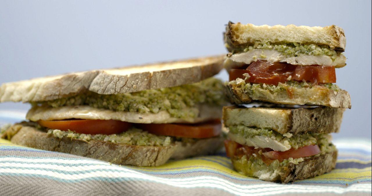 Aus gegrilltem Huhn, Tomate und einem Brokkoli-Walnuss-Pesto kreiert Giada ein Panini, dass sich sehen lässt ... - Bildquelle: 2015,Television Food Network, G.P. All Rights Reserved