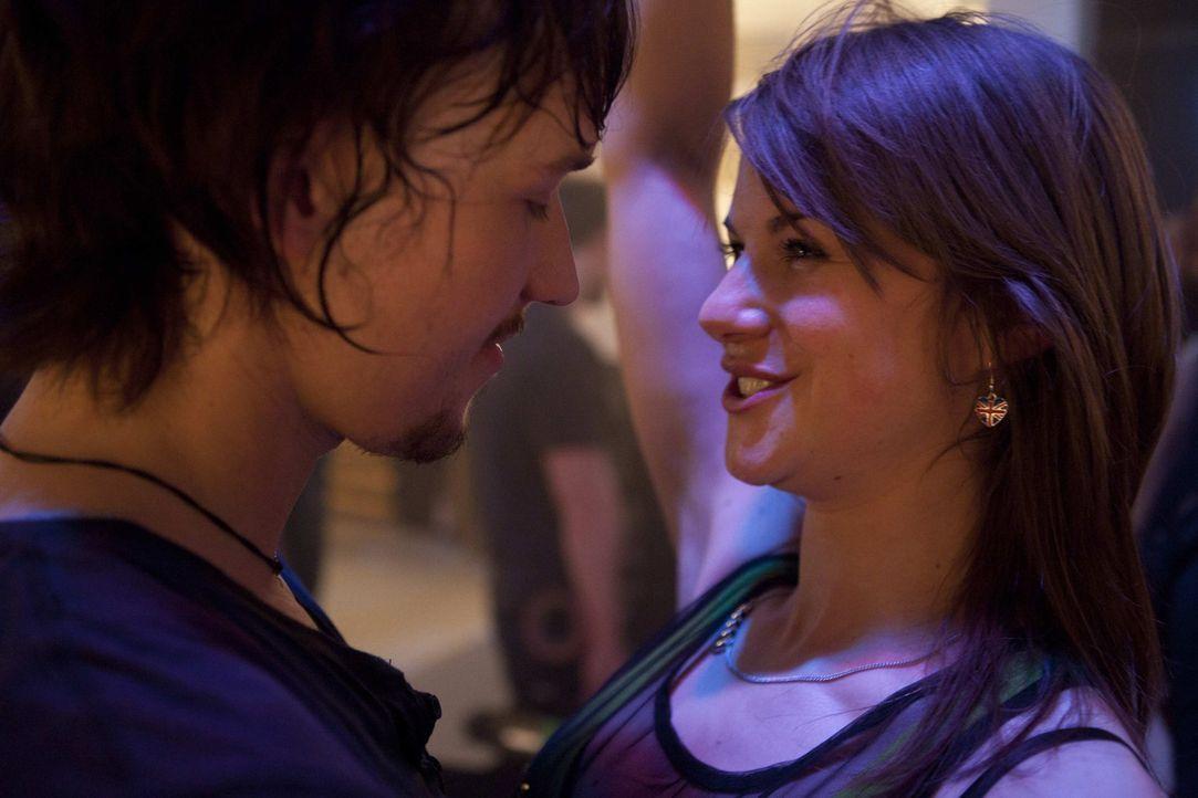 Finden Jenny (Lucy Scherer, r.) und Ben (Christopher Kohn, l.) zueinander? - Bildquelle: David Saretzki SAT.1