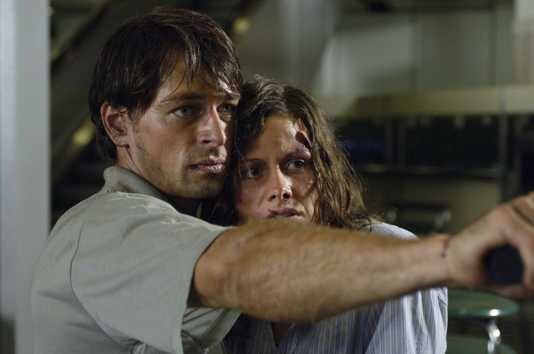 Schon bald erkennen Julia (Ellenie Salvo Gonzalez, r.) und Sascha (Jan Sosniok, l.), dass sie nur eine Chance haben, wenn sie die Hintermänner ans... - Bildquelle: ProSieben