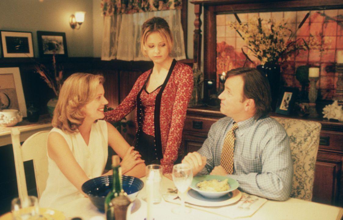 Buffy (Sarah Michelle Gellar, M.) ist skeptisch, was Ted (John Ritter, r.), den neuen Freund ihrer Mutter Joyce (Kristine Sutherland, l.), betrifft... - Bildquelle: TM +   2000 Twentieth Century Fox Film Corporation. All Rights Reserved.