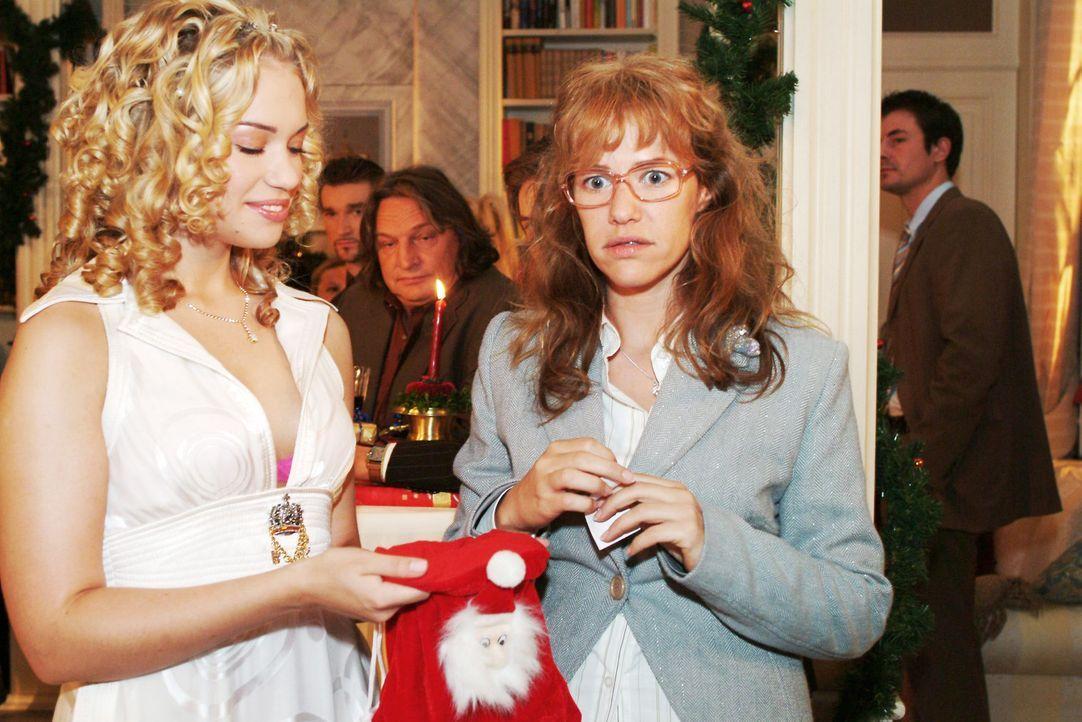 Lisa (Alexandra Neldel, r.) ist verdutzt, dass sie aus Kims (Lara-Isabelle Rentinck, l.) Weihnachtssäckchen fürs Wichteln ausgerechnet David gezogen... - Bildquelle: Monika Schürle SAT.1 / Monika Schürle