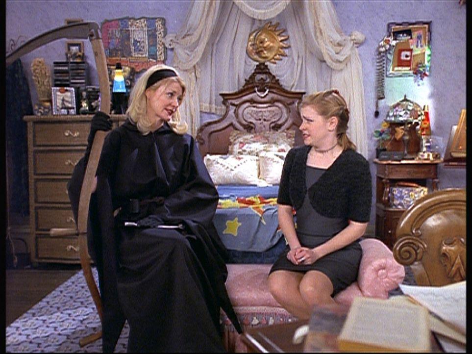 Sabrina (Melissa Joan Hart, r.) erfährt von ihrer Tante Zelda (Beth Broderick, l.), dass sie als Sensenfrau arbeitet. - Bildquelle: Paramount Pictures