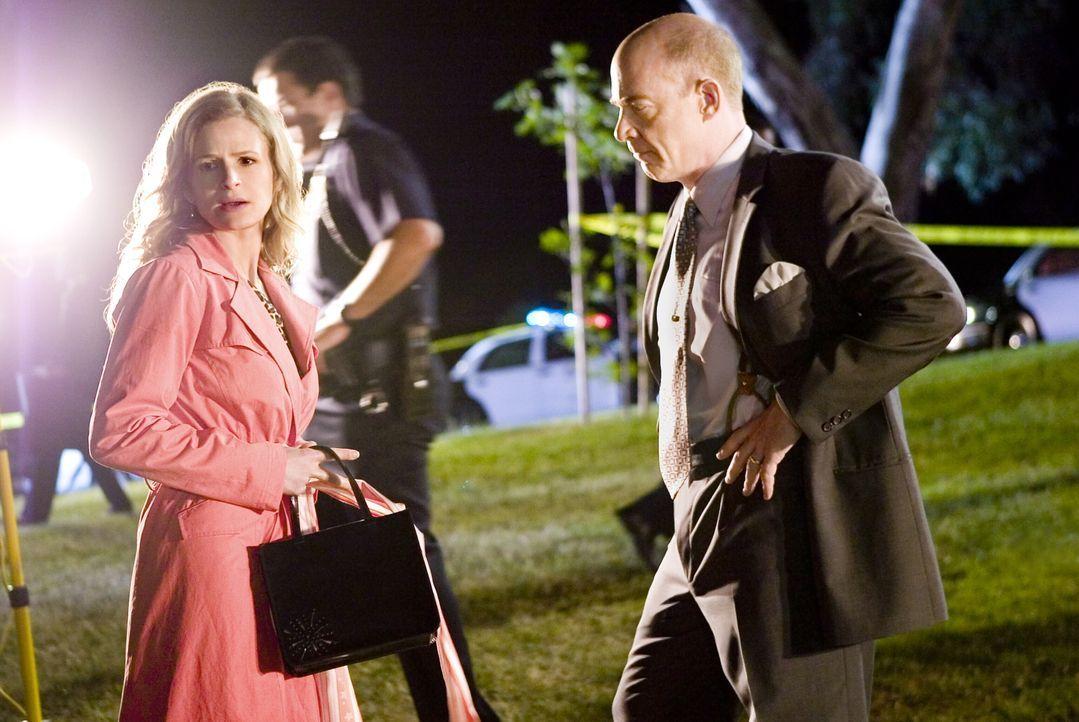 Als Richter Thompson nachts in einem Park ermordet aufgefunden wird, ahnen Brenda (Kyra Sedgwick, l.) und Pope (J.K. Simmons, r.) noch nicht, dass e... - Bildquelle: Warner Brothers Inc.