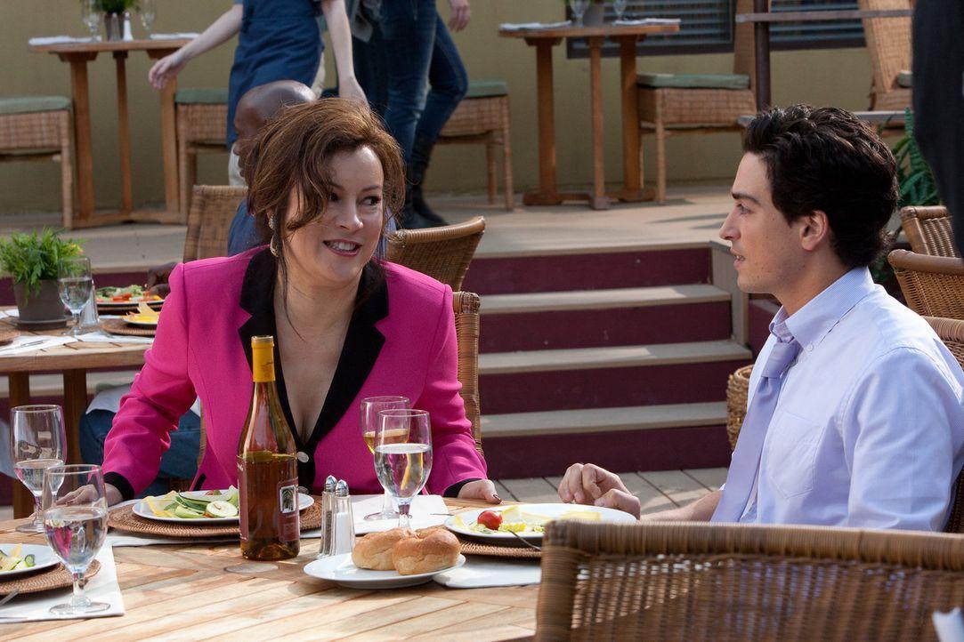 Fred (Ben Feldman, r.) gerät beim gemeinsamen Essen mit Ginny (Jennifer Tilly, l.) und seiner neuen Freundin ordentlich ins Schwitzen und das nicht... - Bildquelle: 2011 Sony Pictures Television Inc. All Rights Reserved.