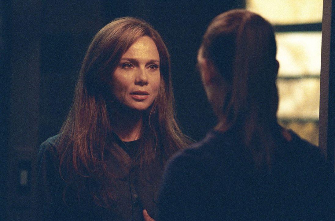 Sydney (Jennifer Garner, r.) hofft auf die Hilfe ihrer Mutter Irina (Lena Olin, l.) ... - Bildquelle: Touchstone Television