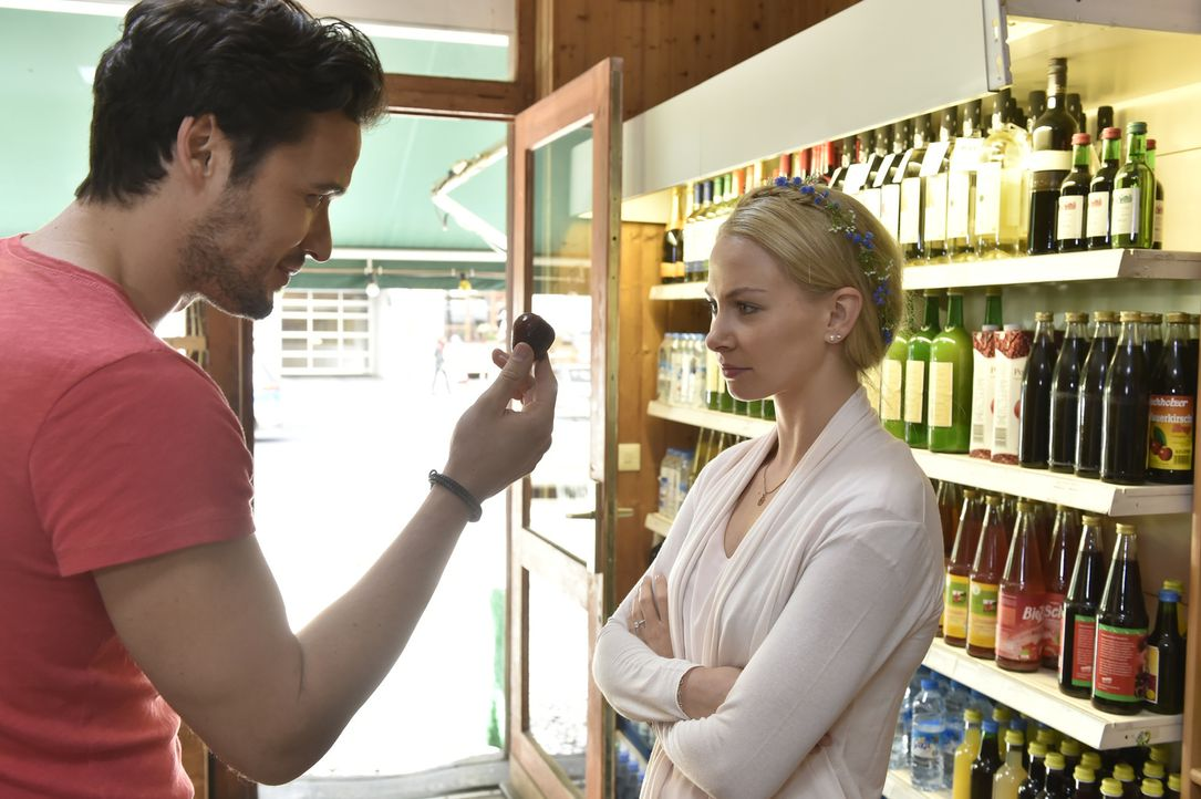 Während sich Mila im Streik befindet, ist Luisa (Jenny Bach, r.) ziemlich angefressen und lässt ihren Frust an Sami (Alexander Milo, l.) aus ... - Bildquelle: Claudius Pflug SAT.1